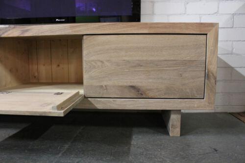 Eikenhouten tv meubel Joost voor u op maat gemaakt. Andere afmetingen, houtsoorten, kleuren, vormen etc. is mogelijk. Sessink Wonen maakt TV meubelen op maat in de eigen Meubelmakerij in Gendt, tussen Arnhem en Nijmegen. Ambachtelijk en duurzaam maatwerk voor aantrekkelijke prijzen.