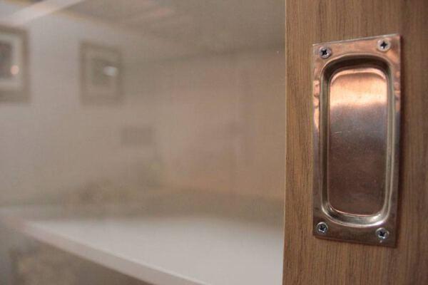 Buffetkast eiken Erik 3-deurs. Buffetkast of vitrinekast op maat gemaakt. Deze maatwerk buffetkast vitrinekast is gemaakt in de Meubelmakerij van Sessink Wonen te Gendt, Arnhem/Nijmegen. Andere kleuren, andere afmetingen en andere modellen zijn mogelijk.
