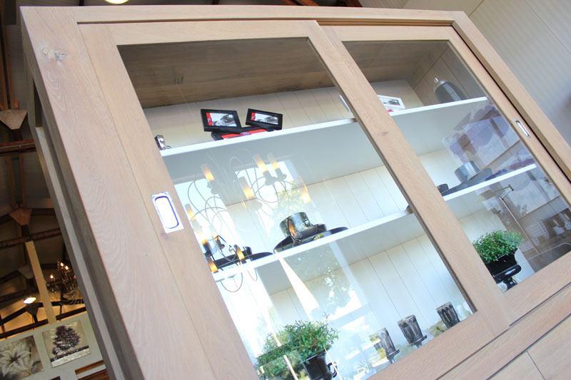 Buffetkast eiken Kolos voor u op maat gemaakt. Deze maatwerk vitrinekast is gemaakt in de Meubelmakerij van Sessink Wonen. Andere kleuren, andere afmetingen en andere modellen zijn mogelijk.