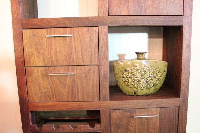 Vakkenkast notenhout Perijo, een kast op maat gemaakt. Deze maatwerk vakkenkast is gemaakt in de Meubelmakerij van Sessink Wonen. Andere kleuren, andere afmetingen en andere modellen zijn mogelijk.