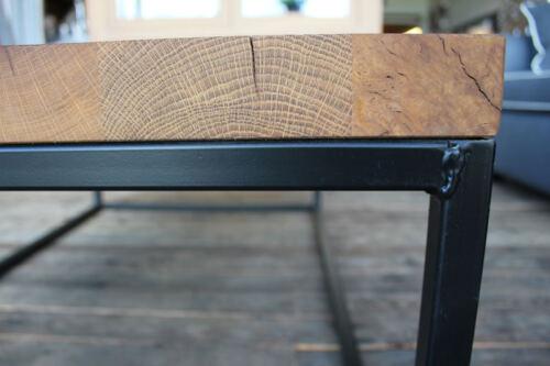 Eiken salontafel Thatcher met zwart gespoten ijzeren frame. Op maat gemaakt, ook leverbaar in andere kleuren.