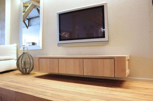 Hangend eiken tv meubel Jorn op maat gemaakt. Diverse afmetingen mogelijk. Een nieuwe tv-meubel? Kom inspiratie opdoen in onze Woonwinkel.