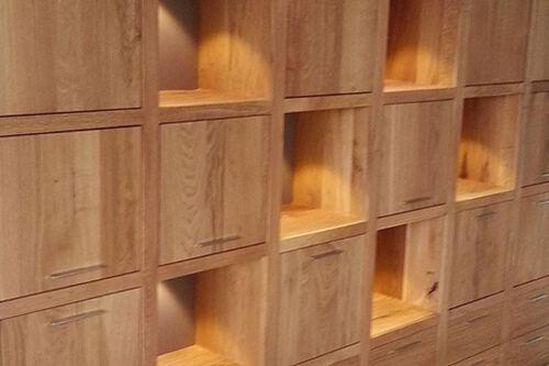 Inbouw vakkenkast eiken genaamd Perijo. Diverse afmetingen, indelingen en kleuren mogelijk. Een nieuwe kast nodig? Kom inspiratie opdoen in onze Woonwinkel.