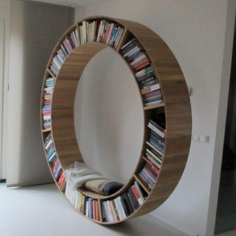 Ronde eiken boekenkast, eigen ontwerp. Diverse afmetingen, indelingen en kleuren mogelijk. Een nieuwe kast nodig? Kom inspiratie opdoen in onze Woonwinkel.