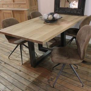 Eiken tafel Sylvia met stalen poot. Tafel op maat gemaakt onze meubelmakerij in Gendt, tussen Arnhem en Nijmegen. Ook een maatwerk eettafel? Elke maat en andere houtsoorten zijn mogelijk.