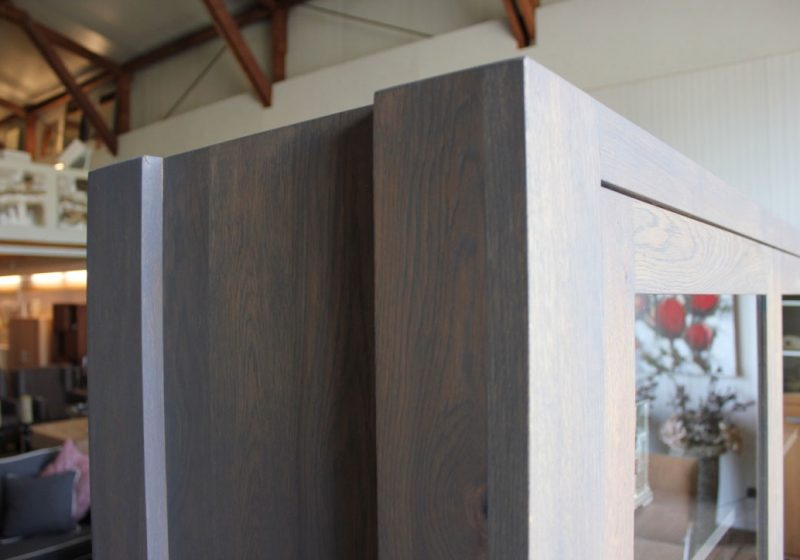 Buffetkast eiken Kolos Slate Grey, is voor u op maat gemaakt. Deze maatwerk vitrinekast is gemaakt in de Meubelmakerij van Sessink Wonen. Andere kleuren, andere afmetingen en andere modellen zijn mogelijk.