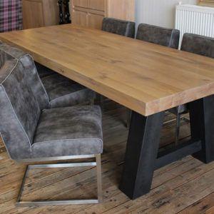Eiken tafel op maat Bart met zwarte poot is op maat gemaakt in onze Meubelmakerij te Gendt, tussen Arnhem en Nijmegen. Ook een maatwerk eettafel? Elke maat en andere houtsoorten zijn mogelijk.