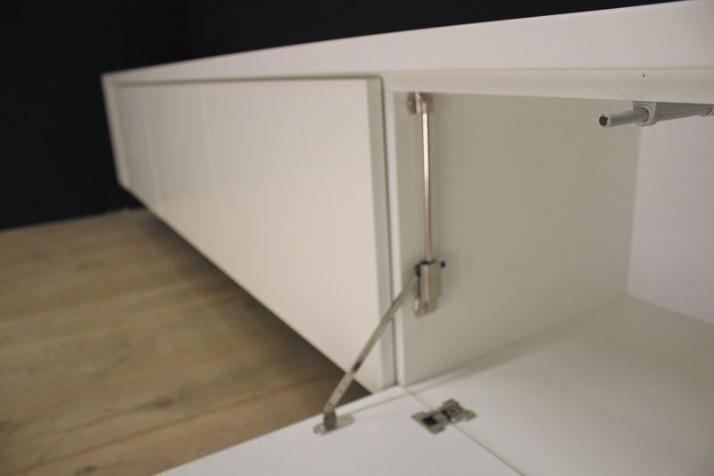 Hangend tv meubel MDF Jorn 240. Dit maatwerk TV meubel is gemaakt in onze Meubelmakerij te Gendt. Te bewonderen in de showroom, naast de meubelmakerij te Gendt, gelegen tussen Nijmegen en Arnhem.