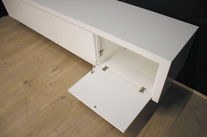 Hangend tv meubel MDF Jose 240. Dit maatwerk TV meubel is gemaakt in onze Meubelmakerij te Gendt. Te bewonderen in de showroom, naast de meubelmakerij te Gendt, gelegen tussen Nijmegen en Arnhem.