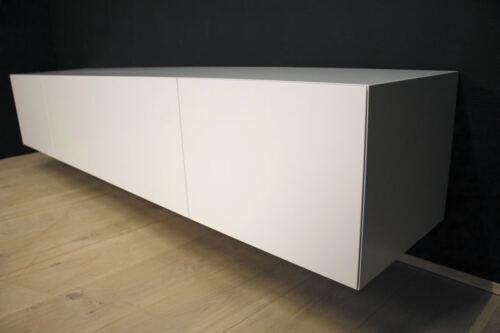 Hangend tv meubel MDF Verstek 240. Dit maatwerk TV meubel is gemaakt in onze Meubelmakerij te Gendt. Te bewonderen in de showroom, naast de meubelmakerij te Gendt, gelegen tussen Nijmegen en Arnhem.