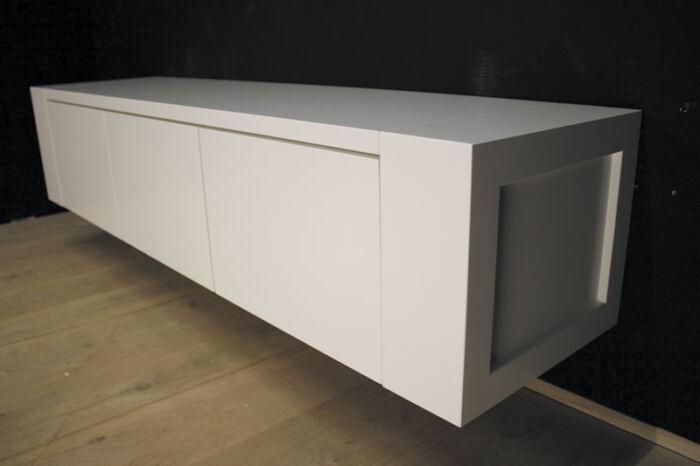 Hangend tv meubel MDF Jorn 180. Dit maatwerk TV meubel is gemaakt in onze Meubelmakerij te Gendt. Te bewonderen in de showroom, naast de meubelmakerij te Gendt, gelegen tussen Nijmegen en Arnhem.