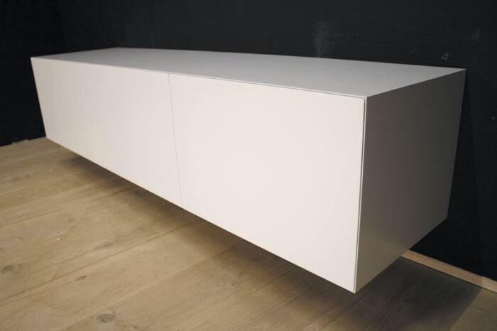 Hangend tv meubel MDF Verstek 160. Dit maatwerk TV meubel is gemaakt in onze Meubelmakerij te Gendt. Te bewonderen in de showroom, naast de meubelmakerij te Gendt, gelegen tussen Nijmegen en Arnhem.