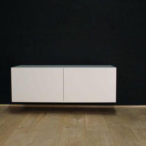 Hangend tv meubel MDF Verstek 120. Dit maatwerk TV meubel is gemaakt in onze Meubelmakerij te Gendt. Te bewonderen in de showroom, naast de meubelmakerij te Gendt, gelegen tussen Nijmegen en Arnhem.