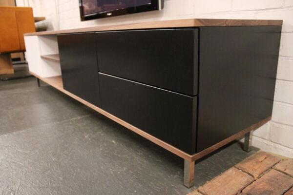 TV meubel Jos MDF Noten. Dit maatwerk TV meubel is gemaakt in onze Meubelmakerij te Gendt. Te bewonderen in de showroom, naast de meubelmakerij te Gendt, gelegen tussen Nijmegen en Arnhem.