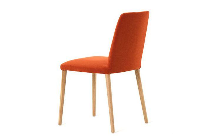 Stoel Rob van onze leverancier Mobitec. Elegante stoel en leverbaar in verschillende stoffen en kleuren. Een nieuwe eetkamer stoel nodig? Kom inspiratie opdoen in de Woonwinkel & Meubelmakerij van Sessink Wonen te Gendt, gelegen tussen Arnhem en Nijmegen.