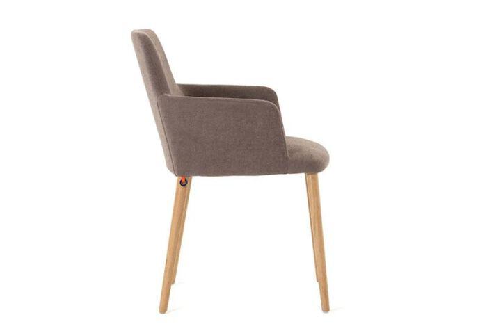 Stoel Rob met armleuning van onze leverancier Mobitec. Elegante stoel en leverbaar in verschillende stoffen en kleuren. Een nieuwe eetkamer stoel nodig? Kom inspiratie opdoen in de Woonwinkel & Meubelmakerij van Sessink Wonen te Gendt, gelegen tussen Arnhem en Nijmegen.