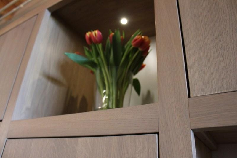 Vakkenkast op maat gemaakt eiken Perijo 12 vakken. Deze maatwerk vakkenkast is gemaakt in de Meubelmakerij van Sessinkwonen te Gendt regio Nijmegen. Andere kleuren, andere afmetingen en andere modellen zijn mogelijk. Bezoek onze woonwinkel bij de meubelmakerij en bespreek de mogelijkheden.