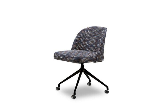Eetkamerstoel Gianni & Giulia van onze leverancier Het Anker. Comfortabele eetkamer stoel en leverbaar in verschillende stoffen en kleuren. Een nieuwe eetkamer stoel nodig? Kom inspiratie opdoen in de Woonwinkel & Meubelmakerij van Sessink Wonen te Gendt, gelegen tussen Arnhem en Nijmegen.