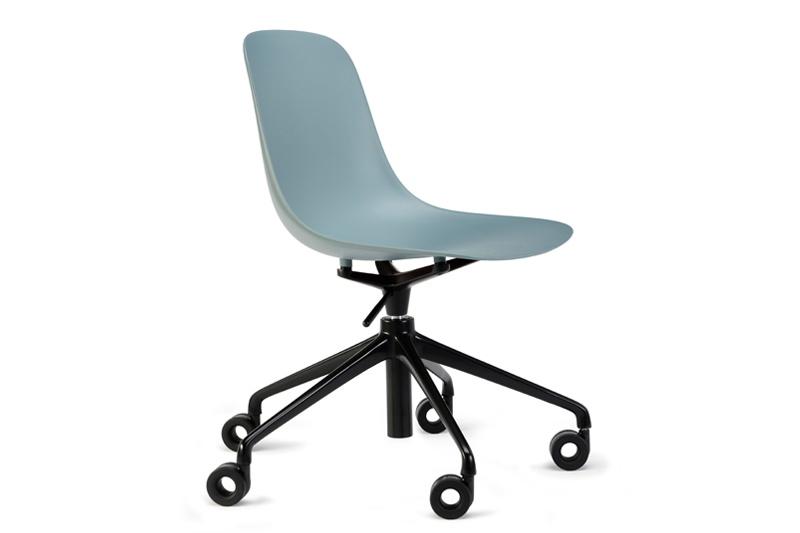Stoel Pure Loop Mono 5 Star is van het Italiaanse merk Infiniti en ontworpen door de bekende Deense ontwerper Claus Breinholt. Diverse stoelpoten en kleuren mogelijk. Nieuwe eetkamerstoelen of projectstoelen? Kom inspiratie opdoen in onze Woonwinkel te Gendt, tussen Arnhem en Nijmegen.