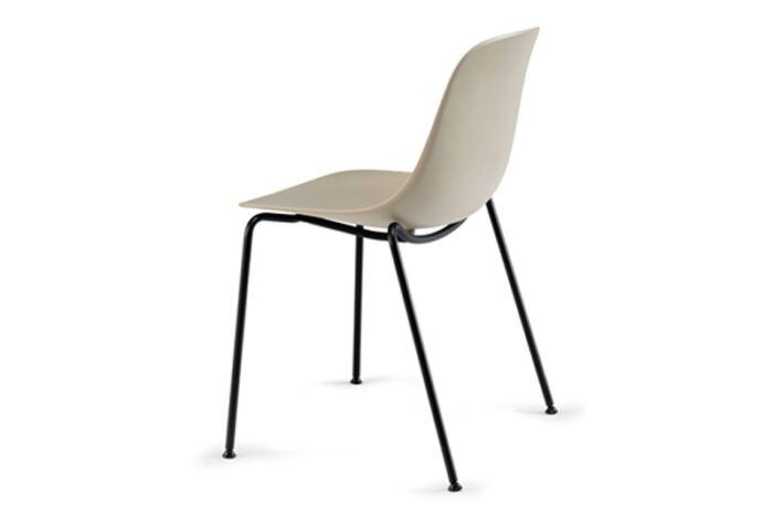 Stoel Pure Loop Mono 4 Legs is van het Italiaanse merk Infiniti en ontworpen door de bekende Deense ontwerper Claus Breinholt. Diverse stoelpoten en kleuren mogelijk. Nieuwe eetkamerstoelen of projectstoelen? Kom inspiratie opdoen in onze Woonwinkel te Gendt, tussen Arnhem en Nijmegen.