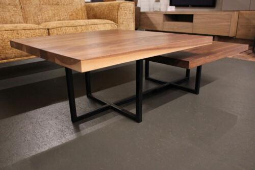 Notenhouten salontafel Pieter met zwart gespoten ijzeren frame. Salon tafel op maat gemaakt, ook leverbaar in andere kleuren. Wij maken tafels op maat en kasten op maat in eigen meubelmakerij. Bezoek onze WOONWINKEL & MEUBELMAKERIJ te Gendt regio Nijmegen.