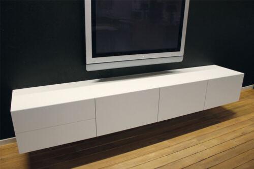 MDF zwevend tv meubel 240. Dit maatwerk TV meubel is gemaakt in onze Meubelmakerij te Gendt. Te bewonderen in de woonwinkel, naast de meubelmakerij te Gendt, gelegen tussen Nijmegen en Arnhem.